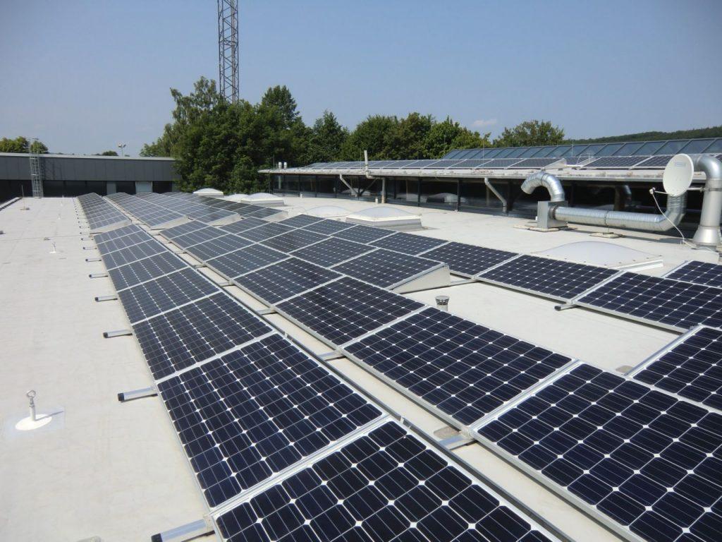 Henke Solartechnik für Hameln - Solarstromanlage auf dem Dach des Hallenbad in Aerzen