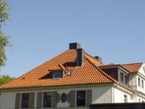 Henke Dachdecker - Dacheindeckung mit Tondachziegeln auf der Sparkasse in Bad Eilsen (Landkreis Schaumburg-Lippe)