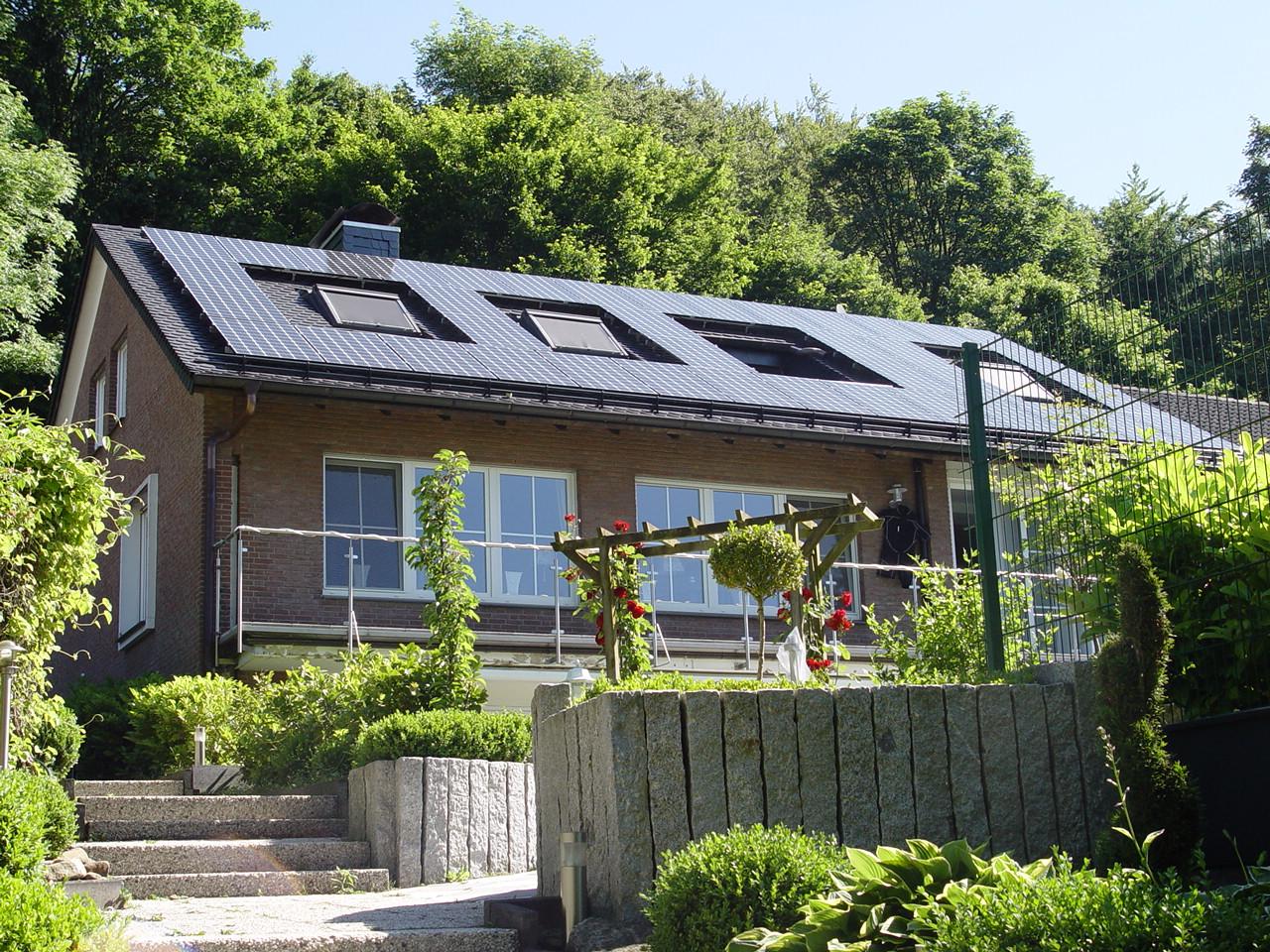 Henke Dachdecker - Solarstrom-Anlagen mit einer Leistung von maximal zehn Kilowatt sind von der EEG-Umlage auf den Eigenverbrauch von Solarstrom ausgenommen