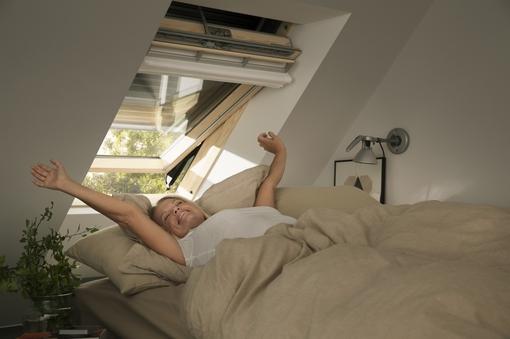 Henke Dachdecker für Bückeburg - Rollläden von Velux schützen effektiv vor sommerlicher Hitze und gewährleisten zusammen mit ihrer Verdunkelungsleistung erholsamen Schlaf.