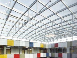 """Henke Dachdecker für Stadthagen - JET-Gruppe: Typische Einsatzgebiete für die Verglasungssysteme """"JET-BA5/6 PH"""" sind beispielsweise Schulen oder Versammlungsstätten, die aufgrund ihrer Bauweise eine maßgeschneiderte Dachkonstruktion benötigen. Das passivhauszertifizierte System bietet sich auch für Foyers oder Pausenhallen an"""