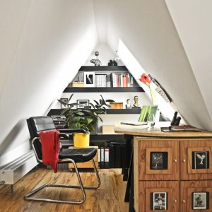 Henke Dachdecker für Bückeburg - VELUX Deutschland GmbH: Viel Tageslicht und frische Luft fördern das Denken und die Konzentration: Dank des großzügigen Dachfensters herrschen in der Dachwohnung angenehme Arbeitsverhältnisse