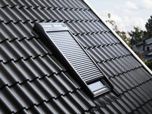 Henke Dachdecker | Zimmerei | Solartechnik für Schaumburg - VELUX Rollladen für Dachfenster