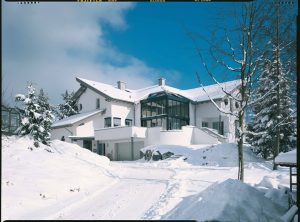 Henke Dachdecker für Rinteln - Schutz vor Winterstürmen und Starkregen - Braas empfiehlt Dächer regelmäßig checken lassen