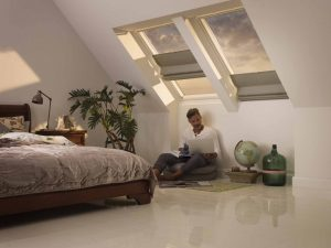 Henke Dachdecker für Rinteln - Das Raff-Rollo bietet dekorativen Schutz vor zu viel Sonne und lässt sich flexibel am Fenster positionieren.