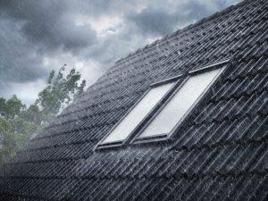 Henke Dachdecker für Stadthagen - Sorgloses Lüften trotz drohendem Regen und Sturm - Zubehör für Velux Dachfenster stellt gutes Raumklima automatisch und sicher her