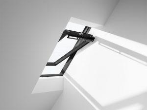 """Henke Dachfenster für Bad Nenndorf - Das """"Schwingfenster Black"""" setzt mit einem komplett schwarzen Rahmen einen besonderen Akzent in der Raumgestaltung"""